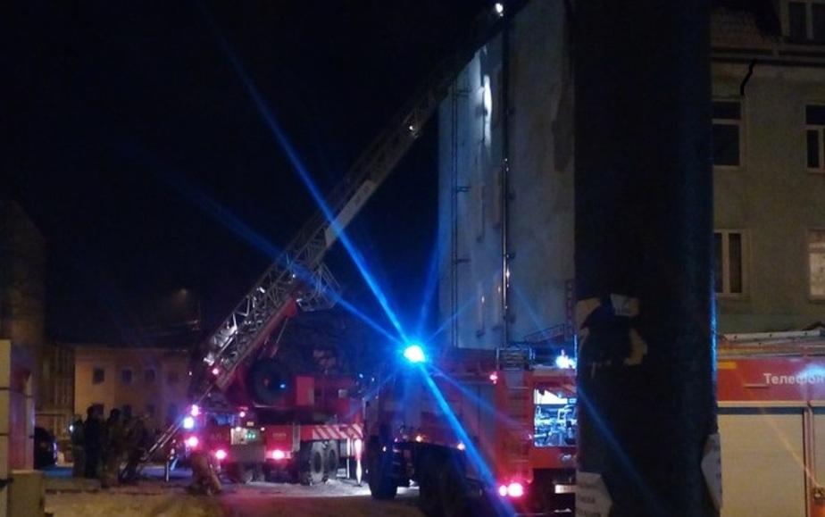 На улице Леонова тушат пожар в четырёхэтажном доме